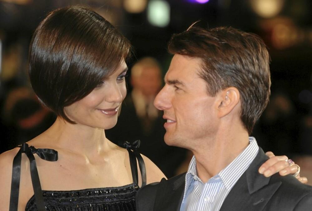 HOLDER FASADEN: Ute blant folk holder Katie og Tom fasaden, men paret sliter privat.