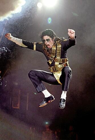1992: En energisk Jackson viser gladelig frem signatursokkene sine.