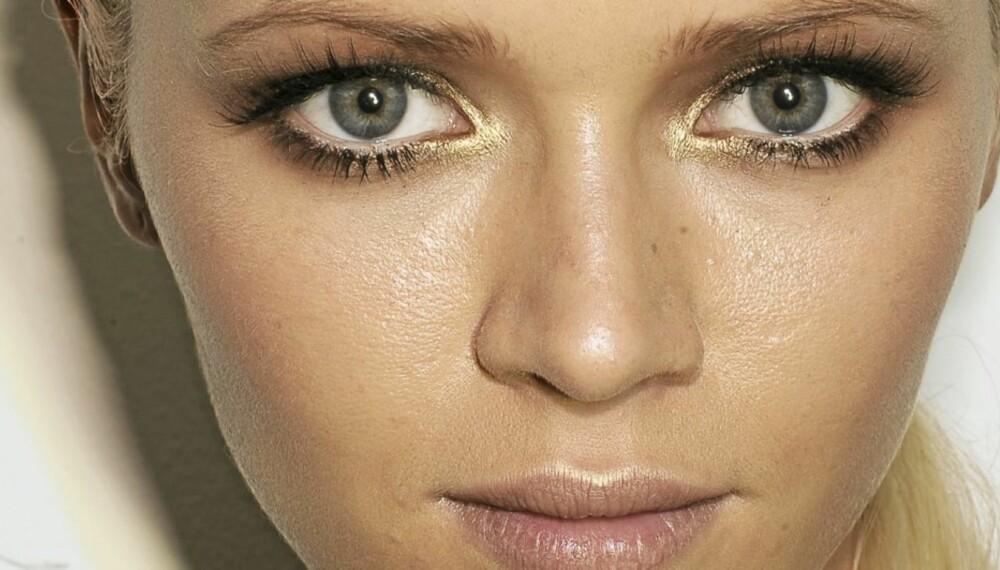 VERSACE: Makeupartisten Pat McGrath sørget for sexy lange vipper på Versace sin visning for vår-og sommerklærne 2009.