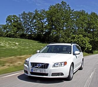 TETTERE GRILL: Grillen er 60% tettere enn i en vanlig V70, det gir bedre aerodynamikk. Samtidig er bilen senket 2 cm foran og 1,5 cm bak.