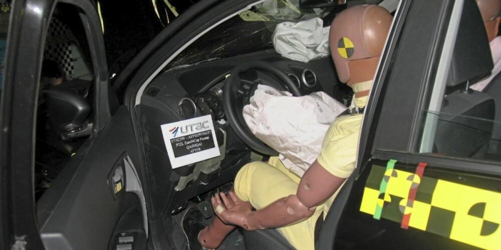 TAR STØYTEN: Kollisjonsdukker med utallige sensorer på måler hvor stor påkjenning en menneskekropp får i en kollisjon. Her føreren i en Nissan Qashqai.