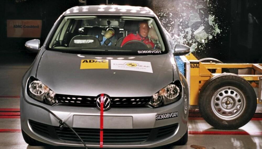 KRASJ: Bilene kollisjonstestes fra forskjellige vinkler, og påkjenningene måles med utallige sensorer.