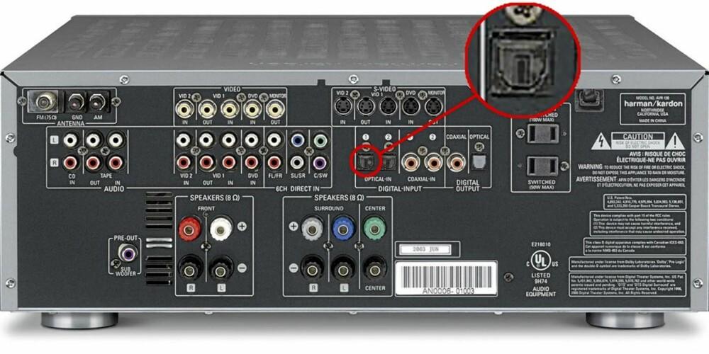 Her har vi ringet inn pluggen du skal bruke når du kobler lydkortet digitalt inn i forsterkeren via den optiske inngangen.