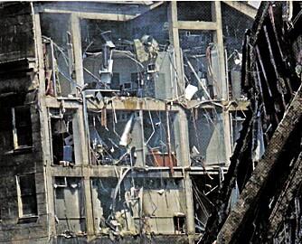VARMEUTVIKLING: Konspirasjonsteoretikere peker på at møbler, vinduer og til og med bøker er synlig intakt få meter unna der flyet skal ha truffet. Det rimer dårlig med en eksplosjon av mange tusen liter bensin.
