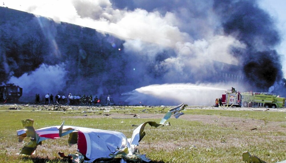 HVOR ER FLYET: Etter at American Airlines flight 77 angivelig skal ha kræsjet i Pentagon, er det mange som spør seg hvorfor det ikke finnes noen bilder eller film av selve flyet. Kun noen få flydeler er avbildet i ruinene.