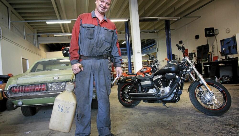 ROCKA FYR: Prepple Houmb er en likanes kar som liker rock, amcars og Harley. Mercury Cougaren har han nettopp kjøpt.