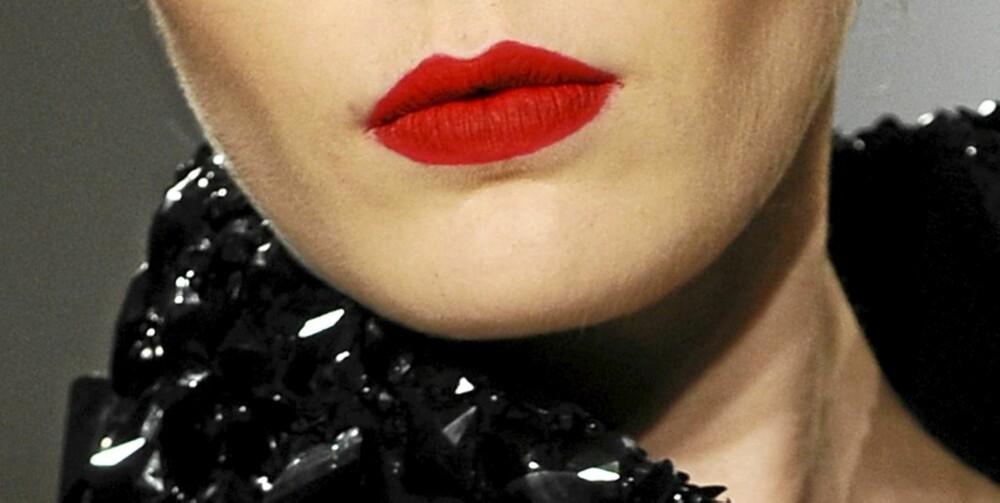 HOT RED: Gå for matte, røde lepper på fest i vinter - så er du den mest trendy av alle festdeltakerne.