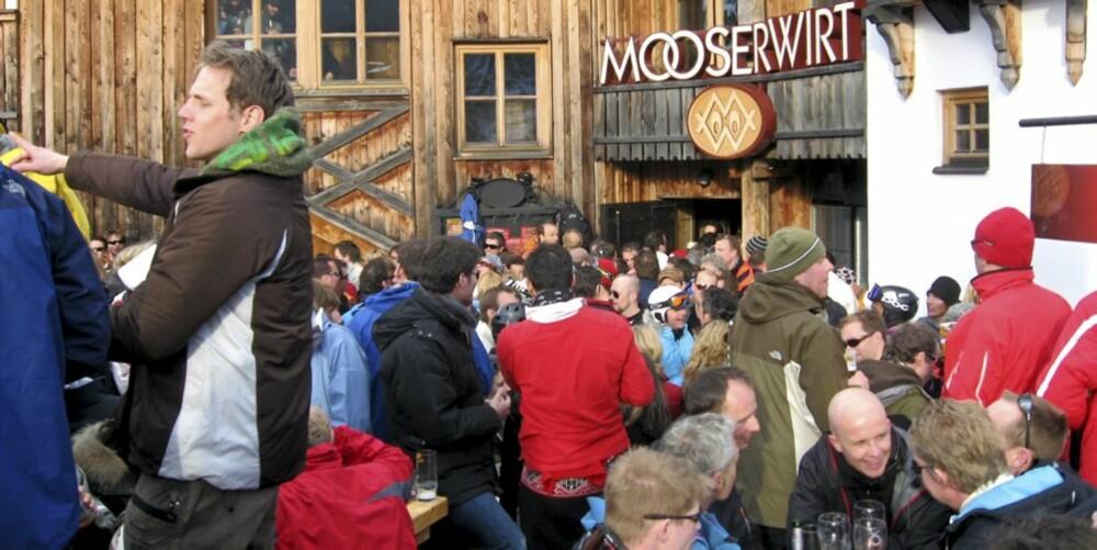 AFTERSKI: Partystemningen er høy på afterskistedet Mooserwirt etter en lang dag i bakken. Mooserwirt er et legendarisk afterskisted og er smekkfullt av ølglade mennesker.