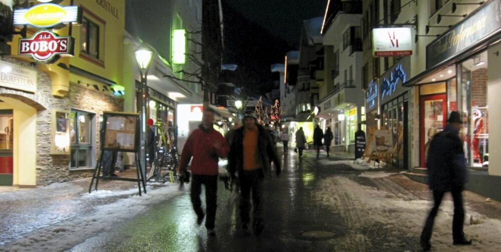 BRA NATTELIV: St. Anton er en livlig by - både på dagen og på kveldstid.