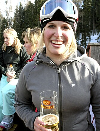 AFTERSKI: Folk i alle aldre er å finne på afterski i St. Anton. Østerrikske Corinna Gleirscher koser seg i sola.