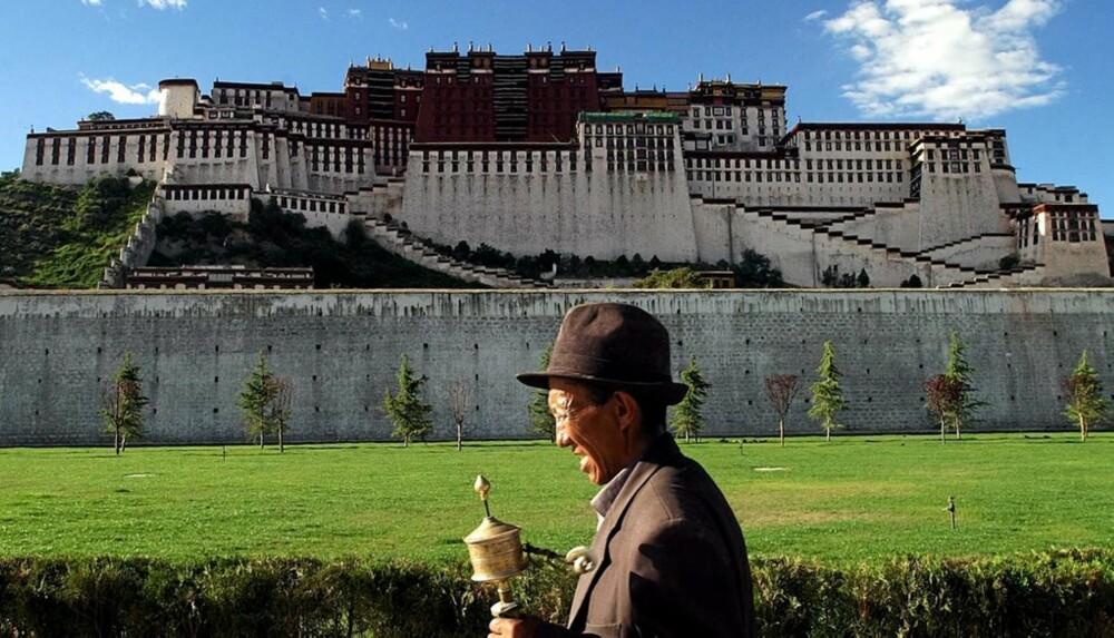 VERNET: I Lhasa i Tibet ligger det fantastiske Potala-palasset som er 1300 år gammelt og ligger på 3700 meters høyde. og står på UNESCOs verdensarvliste. I forgrunnen en pilgrim.