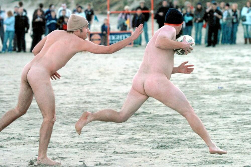 BALLJAKT: Det er ikke mangel på nakenaktiviteter. Her ser du et eksempel på nakenrugby.