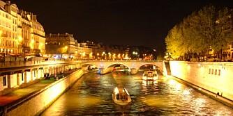 LYSER OPP: Natten har senket seg over Paris og Seinen.