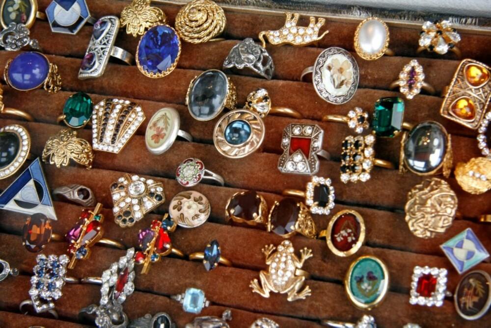 SØLV: Enten du samler på sølvskjeer, porselen eller smykker, i St. Ouen finner du det du mangler!