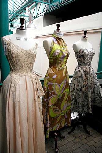 BALLKJOLER: Disse kjolene sto utstilt utenfor butikken Falbalas.