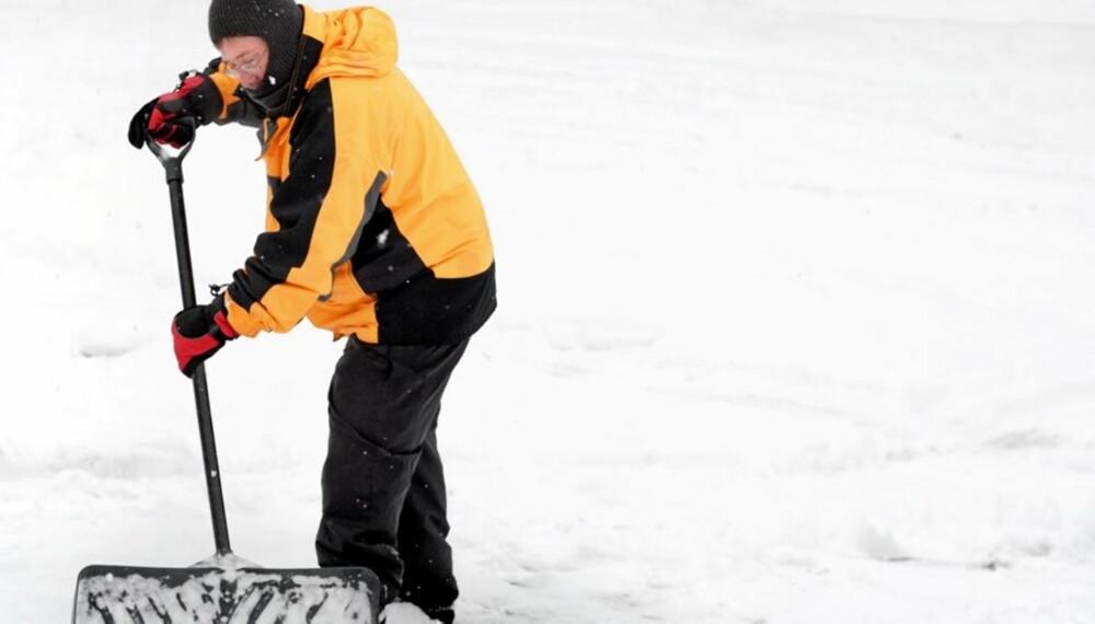 PASS PÅ RYGGEN: Hold spaden med begge hender og vri hele kroppen når du skal kaste bort snøen.