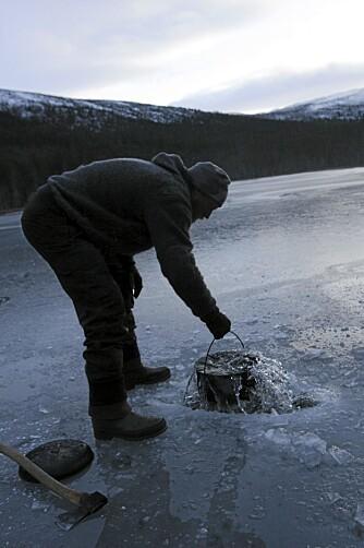 INGEN SPØK: Å hente vann på steinaldervis tar sin tid.