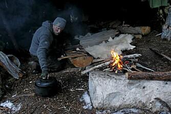 LEIRLIV: Kristoffer bruker en del ved for å holde varmen.