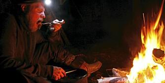 MAT OG VARME: Kristoffer Clausen skal leve et år alene i villmarka og klare seg med det han finner der.