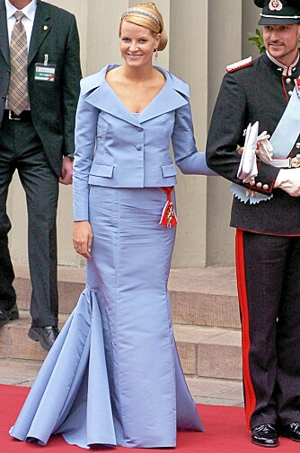 SPEAIALSYDD: Mette-Marit i spesialsydd haute couture kjole fra Valentino under det kongelige bryllupet i Danmark i 2004. Man må vanligvis ut med 250.000 kroner for en slik kjole.