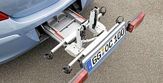 SIMSALABIM: Det er bare å nappe i et håndtak i bagasjeåpningen og deretter folde ut bilens inkorporerte sykkelstativ. (Det er selvsagt ekstrautstyr.)