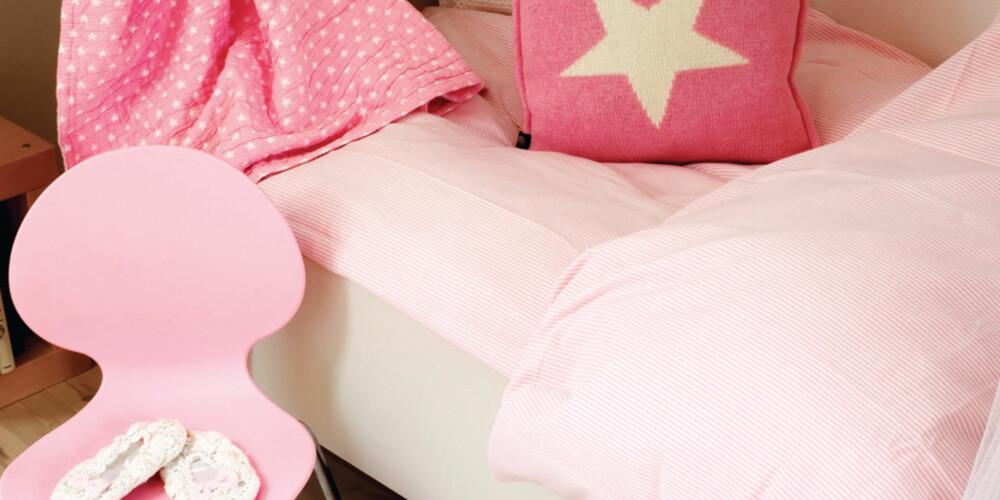 SARAS SENG: Den flotte sengen er fra Fru Lyng. Den søte designstolen, Rondo, i favorittfargen rosa er fra Hilmers Hus. Det nydelige rosa sengesettet og Gant-teppet, Gantputen og den hvite heklede puten er fra Drømmeslottet på GlasMagasinet.