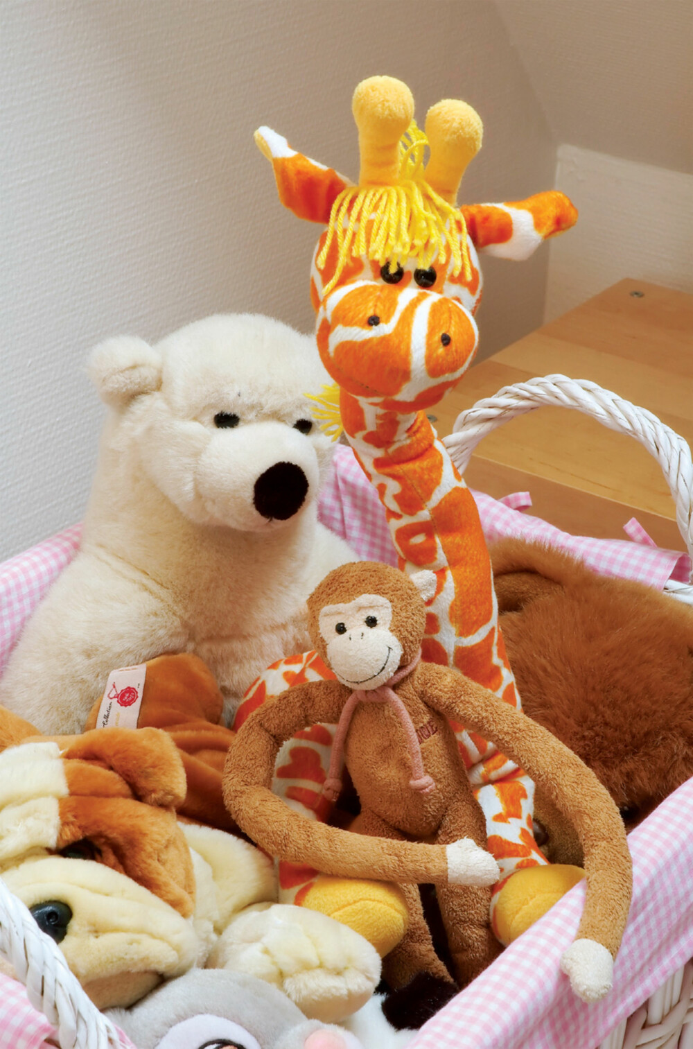 KOSEDYRENE: Har alle fått bolig i Saras flotte seng. Det hersker liten tvil om favorittfargen til 5 år gamle småpiker. De flotte kosedyrene er fra Damplass Stua, og fra Drømmeslottet på GlasMagasinet.