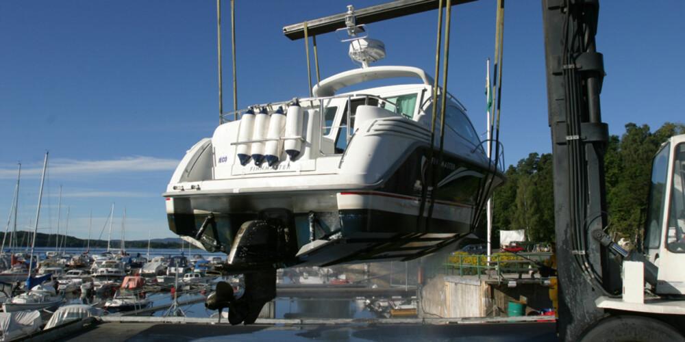 Sjekk også undersiden av båten for skader.