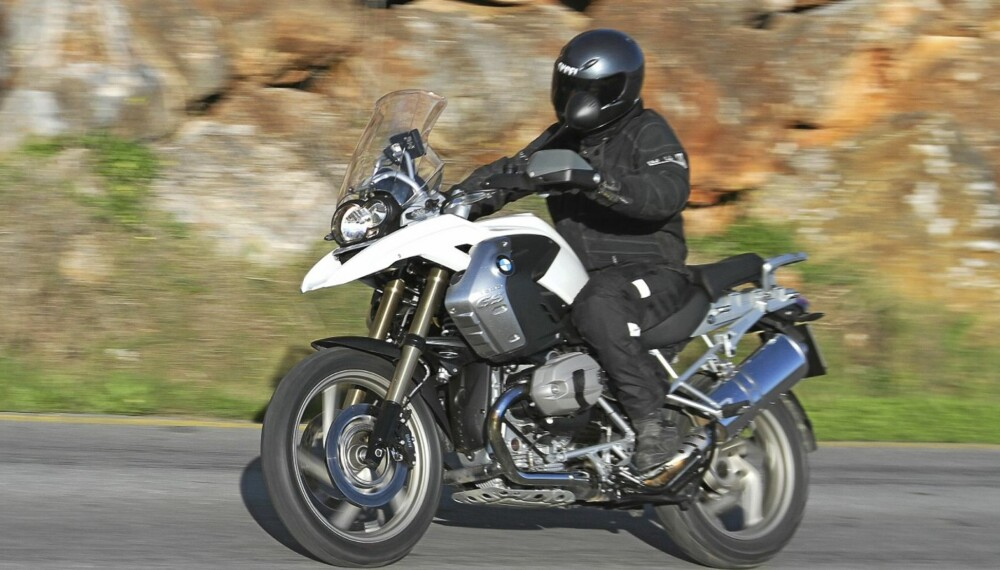 Den gir en kongelig kjørefølelse! Man sitter oppreist og bredarmet på en gigantisk motorsykkel, med god utsikt til en vakkert og velfylt instrumentpanel.