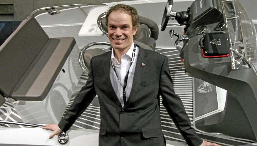 Hydrolift-eier Bård Eker poserer ved sin nye SX-22.