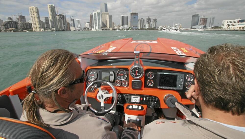 I Nor-tech 36 Supercat utenfor Miami.