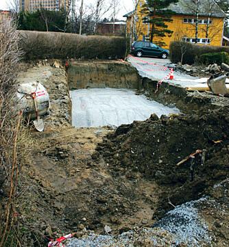 Utgraving av basseng er en voldsom affære. 2,5 x 5 x 13 m jord gir ca 20 lastebillass med løsmasser.