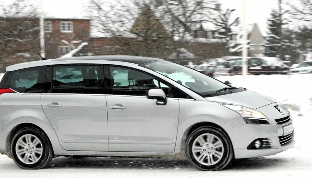 NØYTRAL: Peugeot 5008 stikker seg ikke særlig ut i trafikken. Den er lavbygd, noe som går litt ut over innvendig plass.