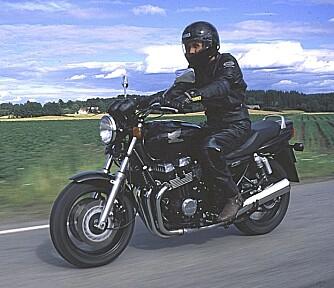 MC-TRIVSEL: Nakne sykler med klassisk stil går aldri av moten. Honda CB Seven Fifty fra midten av 1990-tallet er en pålitelig og bekvem «nudist» med fire-sylindret motor. Mye MC-trivsel for pengene.