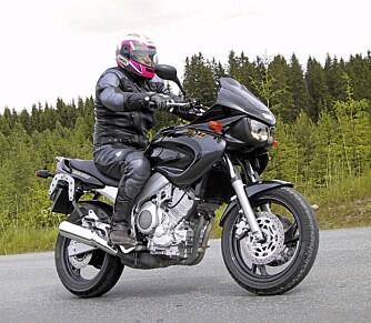 SÆR UNDERHOLDNING: Yamaha TDM 850 ble lansert på slutten av 1980-tallet. En sær modell, proppfull av kjøreglede. Den er også bekvem på langtur.