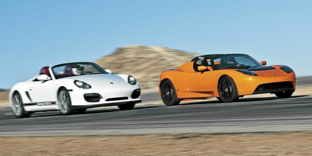 BENSIN MOT STRØM: Porsche Spyder makter ikke å henge på Tesla i starten av en akselerasjonsduell, men tar det igjen når farten øker.