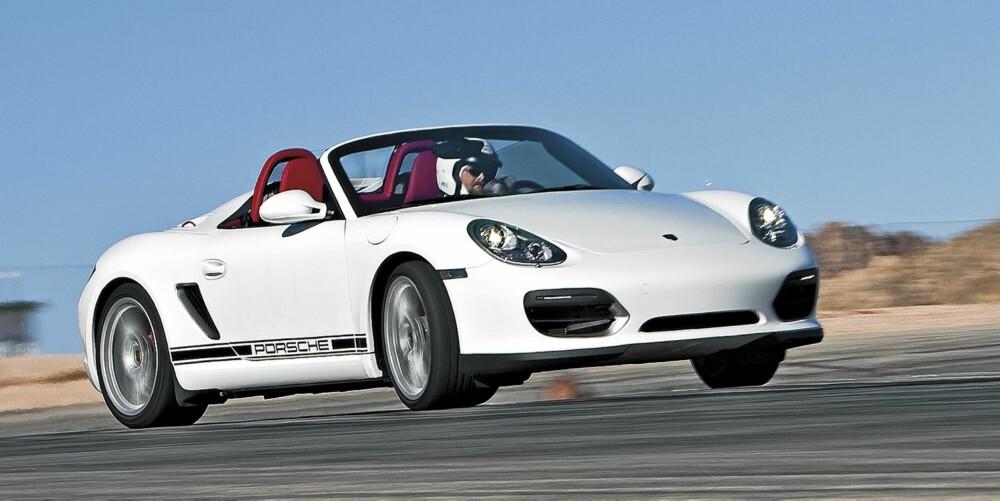 """EKSPLOSIV: Kraftpakken bak setene yter 320 hk, og de """"""""lades"""""""" på nytt for hvert girskift. Det gjør Porschen overlegent sterkest i høy fart."""