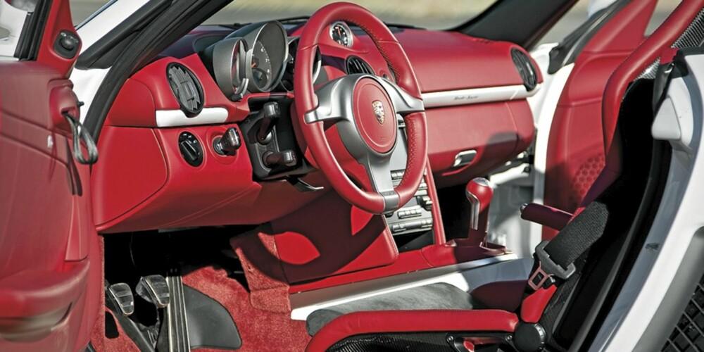RØDT LÆR: Porsche har ikke spart på fargestoffet i interiøret.