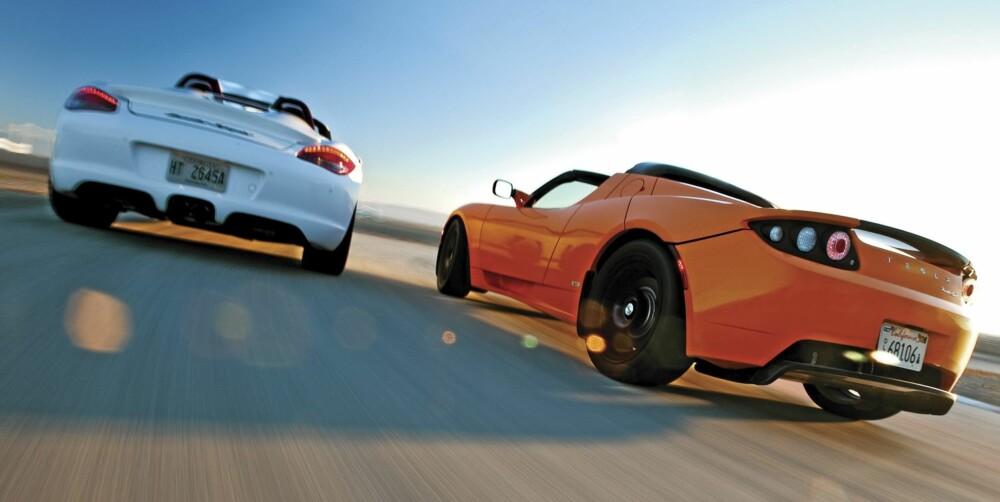 KJØREMASKINER: Porschen gir kjøreglede fra første meter. Teslaen krever mer tilvenning før den yter sitt beste.