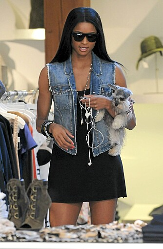 HUNDEHANDEL: Ciara tar gjerne med seg vesle-voffen sin på handletur. Her på Intermix i Hollywood.