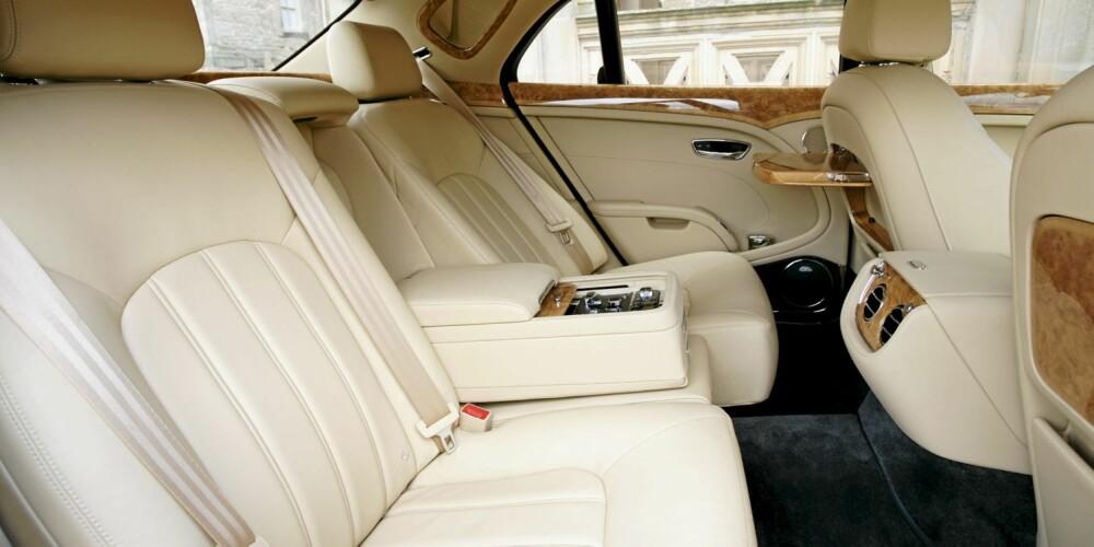 BRA BAK: Bentleyens baksete har seter med lenestolkomfort, og plassen står det ikke på.