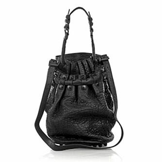 DIEGO: Alexander Wang sin Diego Bucket Bag er det mang en fashionista som sikler på. Fås på Luxury Høyer på Eger til den nette sum av kr 7399.