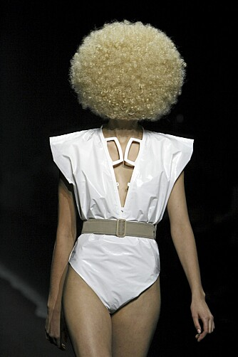 READY TO WEAR: Blond afro og en badedrakt laget av plastposer!