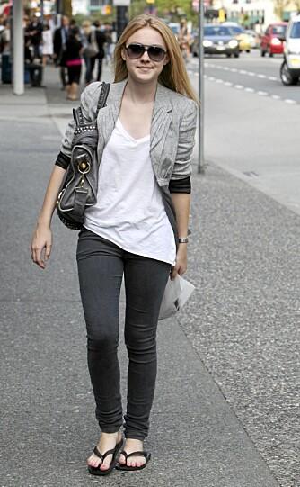 LITEN SKUESPILLERINNE: Dakota Fanning er blitt nesten voksen og viser seg her i smale jeans, hvit t-skjorte og flip-flops. En kul designerveske hører selvsagt med, sammen med solbriller.