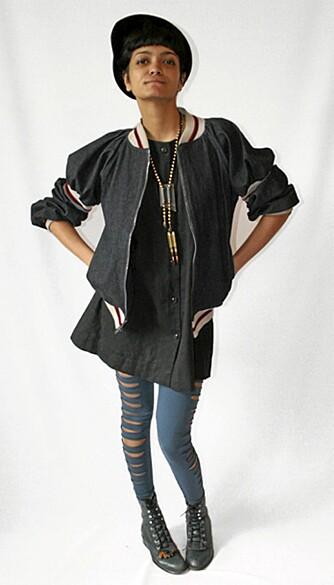 """STYLING: Det er i stylingen hemmeligheten ligger. Sheena har blitt spesialist i å finne klær og tilbehør som gjør kjolen """"ny"""" på."""