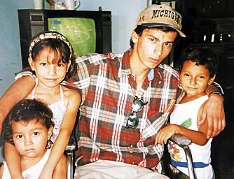 FOSTERHJEM: Her er Pedro på besøk i fosterhjemmet han vokste opp i. Året var 1994, og kreftsyke Pedro var svært dårlig.