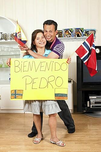 """MOTTAGELSEN: Da Pedro landet på Gardermoen løp Maria forbi sikkerhetssperringene i pur glede med denne plakaten """"Velkommen Pedro""""."""