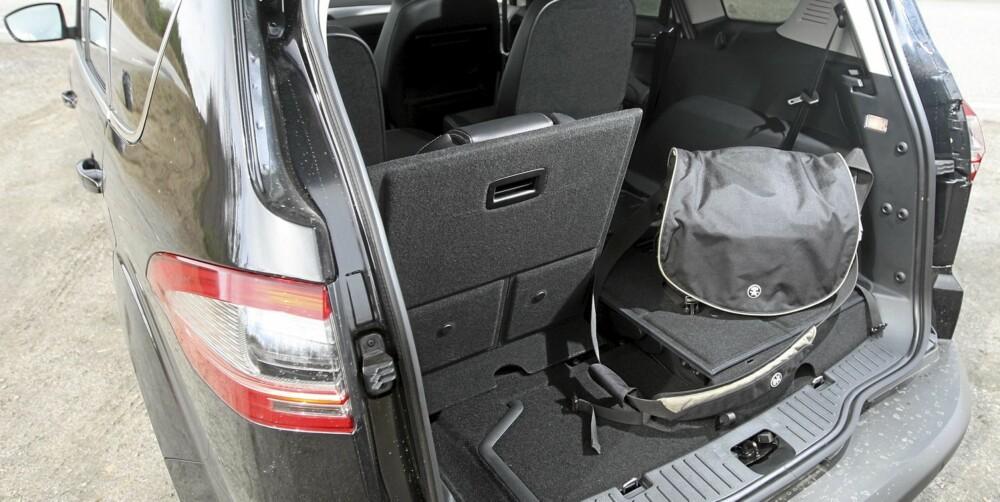 BAGASJE: Med alle sju seter i bruk er det ikke mye bagasjeplass igjen. Feller du ned alle seter, har du derimot to kubikkmeter med lasterom.