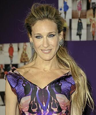 SARAH JESSICA PARKER: Setter øredobbene i fokus med denne frisyren.