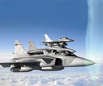 SAMARBEID: To Gripen og en norsk F-16 på patrulje over Nord-Norge.